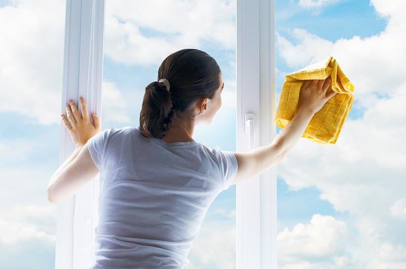 窓をピカピカに拭く女性