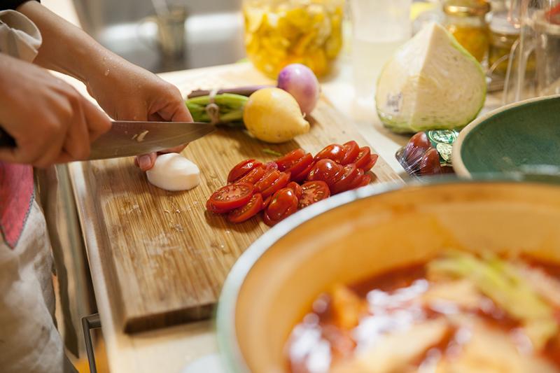 キッチンで野菜を刻む様子