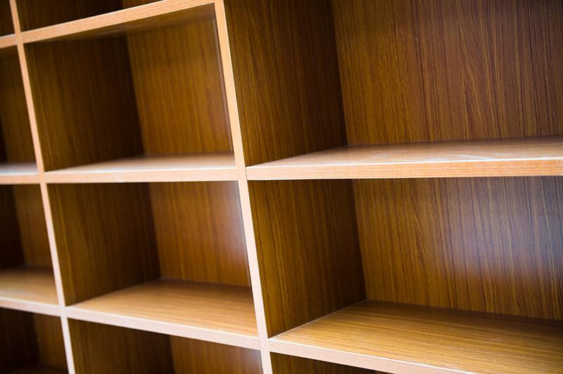 空っぽの本棚